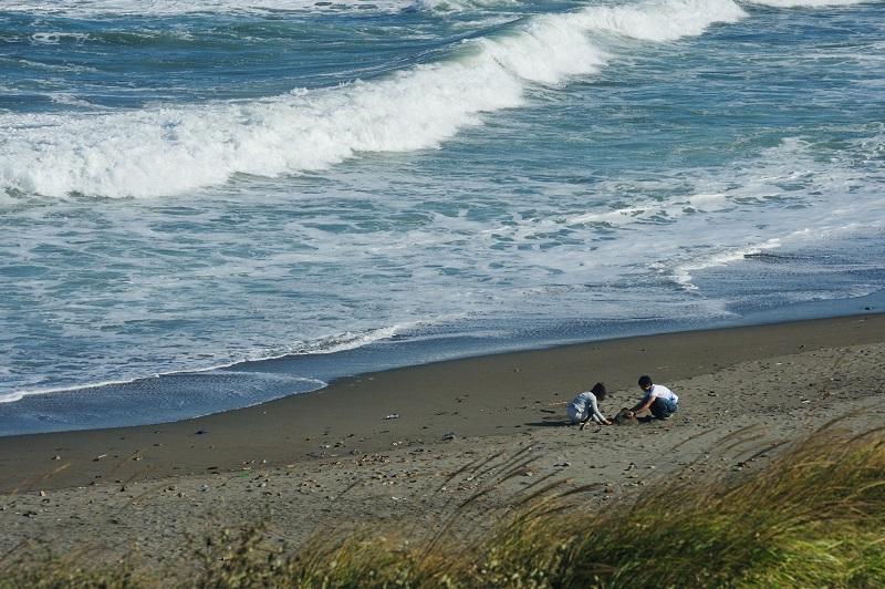 強風下の海辺で遊ぶ_b0230131_8111763.jpg
