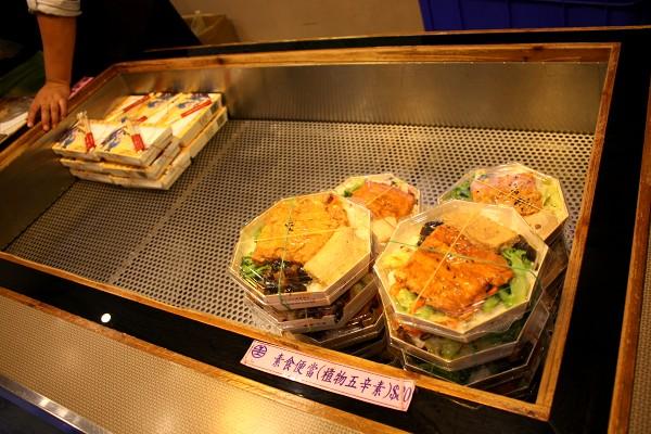 台北 : 台中行き高鉄にて、台鉄弁当を食べる_e0152073_1332854.jpg