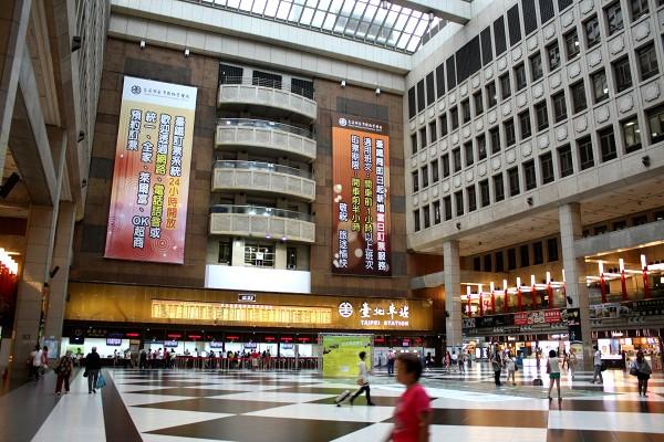 台北 : 台中行き高鉄にて、台鉄弁当を食べる_e0152073_133296.jpg