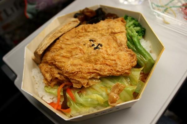 台北 : 台中行き高鉄にて、台鉄弁当を食べる_e0152073_1333270.jpg
