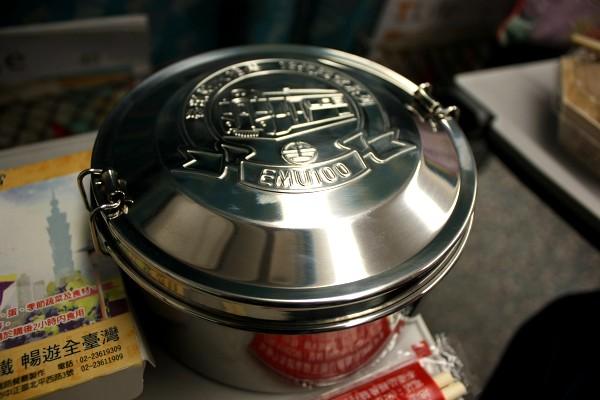 台北 : 台中行き高鉄にて、台鉄弁当を食べる_e0152073_1333636.jpg