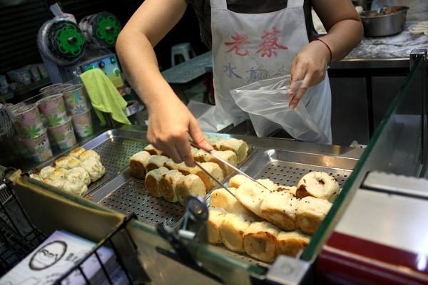 台北 : 台中行き高鉄にて、台鉄弁当を食べる_e0152073_1333766.jpg