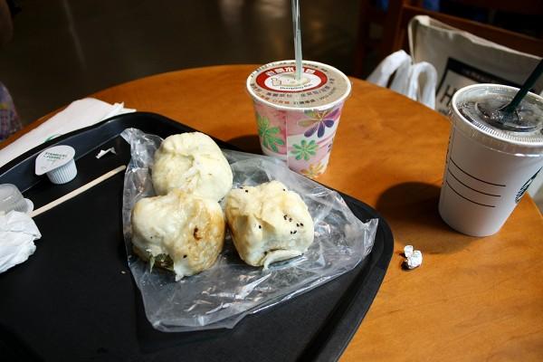 台北 : 台中行き高鉄にて、台鉄弁当を食べる_e0152073_1333982.jpg