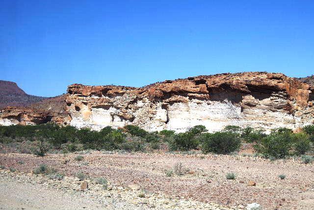 ナミビアの旅(30) カオコランドのオプウォ・カントリーロッジへ _c0011649_2124024.jpg