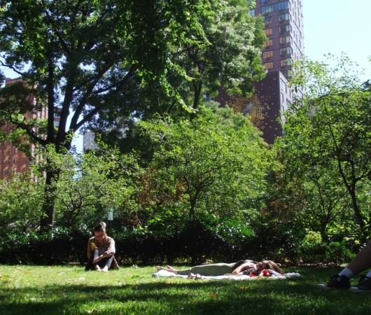 ユニオン・スクエアの芝生の上でゴロゴロ_b0007805_2134583.jpg