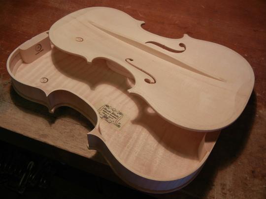弦楽器フェアの展示ヴァイオリン、ホワイトで完成。_d0047461_6314632.jpg