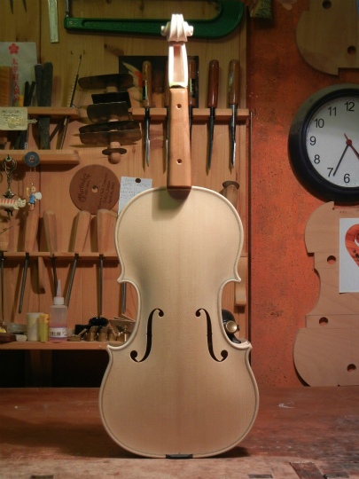 弦楽器フェアの展示ヴァイオリン、ホワイトで完成。_d0047461_635407.jpg