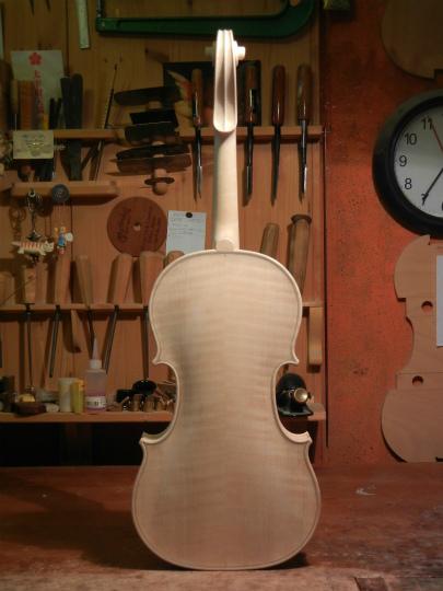 弦楽器フェアの展示ヴァイオリン、ホワイトで完成。_d0047461_6354941.jpg