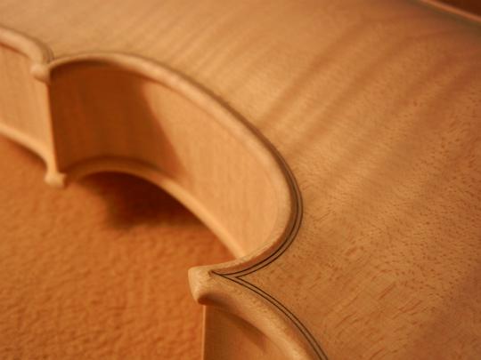 弦楽器フェアの展示ヴァイオリン、ホワイトで完成。_d0047461_6431756.jpg