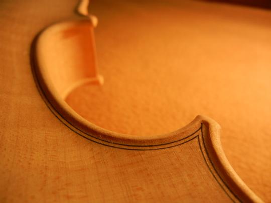 弦楽器フェアの展示ヴァイオリン、ホワイトで完成。_d0047461_6442366.jpg