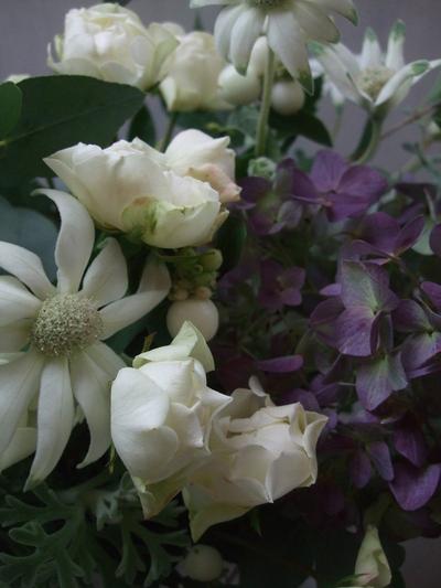 オークリーフ(白いシンフォリカルポスと秋色紫陽花のアレンジメント)_f0049672_17131449.jpg