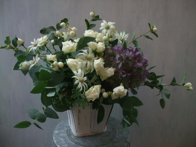 オークリーフ(白いシンフォリカルポスと秋色紫陽花のアレンジメント)_f0049672_17131891.jpg