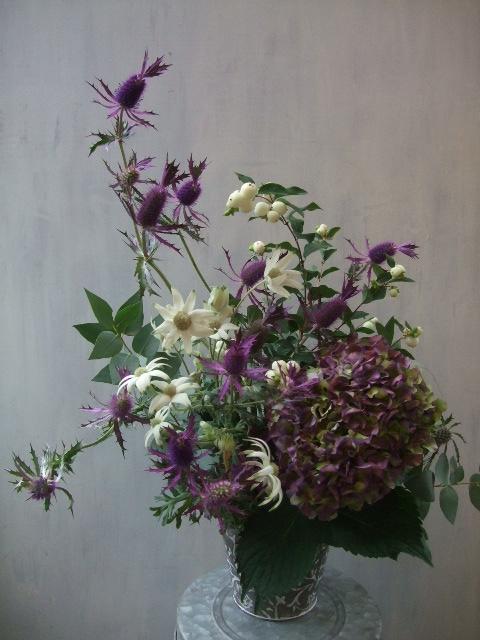 オークリーフ(白いシンフォリカルポスと秋色紫陽花のアレンジメント)_f0049672_17173310.jpg