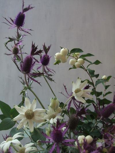 オークリーフ(白いシンフォリカルポスと秋色紫陽花のアレンジメント)_f0049672_17175060.jpg
