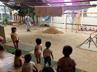 最近の保育園の話題。土山と運動会練習_b0117125_17331872.jpg