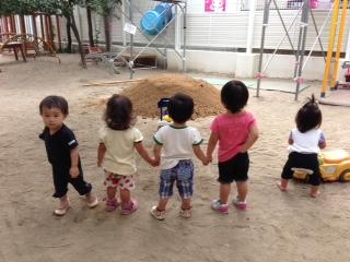 最近の保育園の話題。土山と運動会練習_b0117125_1734132.jpg