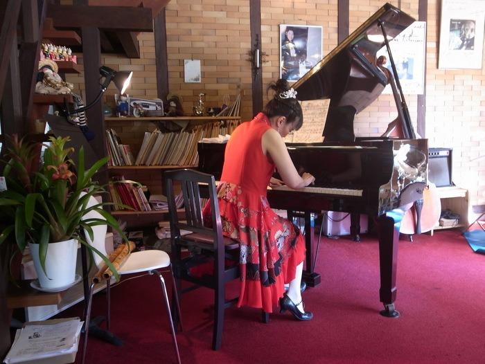 白い森 TEATIME LIVE 平岡麻衣子さんのピアノコンサート♪ その2_c0116915_053105.jpg