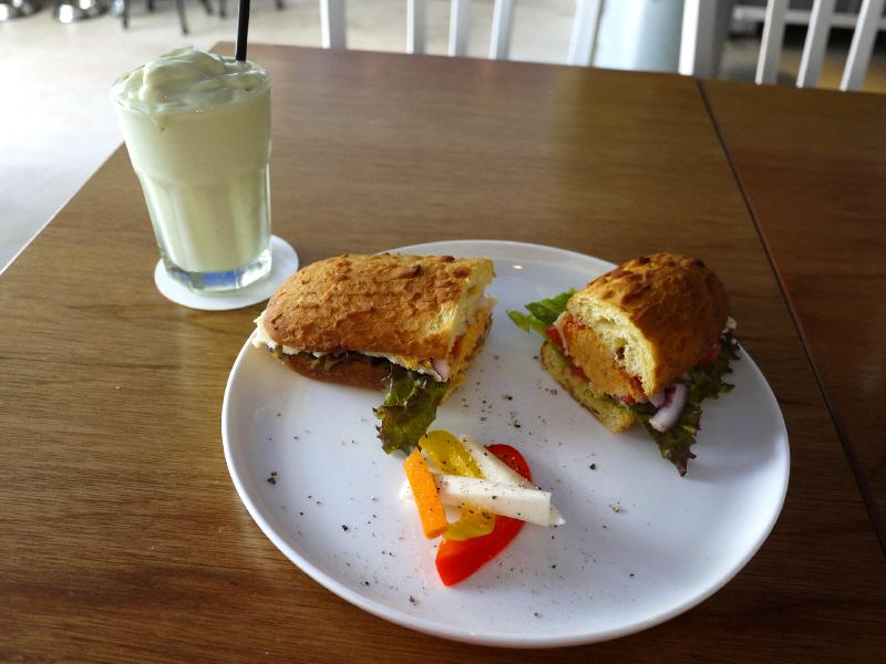ウマミチキンサンドとアボカドココナッツのスムージー【葉山 Double Sandwich HAYAMA】_b0153224_727567.jpg
