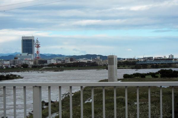 今朝のワンショット/大きな虹が/台風後の蓮池/川は増水_b0024798_10412647.jpg