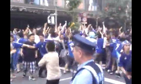 外国人が日本のサッカーサポーターみて一言:「これ日本人は別世界に生きてんな」_e0171614_8554020.jpg