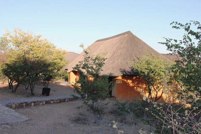 ナミビアの旅(31) オプウォのロッジからヒンバ族の村へ_c0011649_13202730.jpg