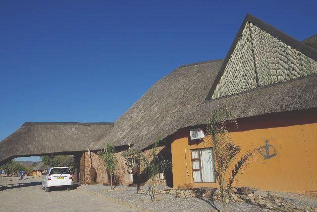 ナミビアの旅(31) オプウォのロッジからヒンバ族の村へ_c0011649_1321117.jpg