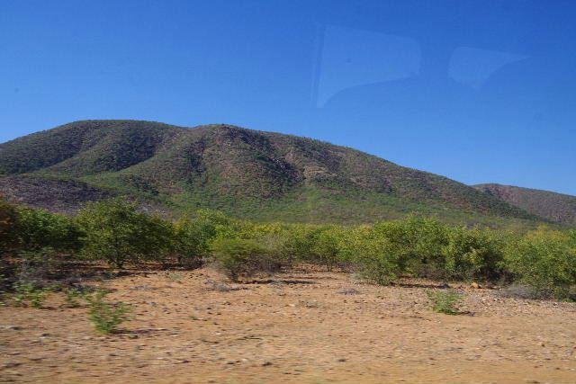 ナミビアの旅(31) オプウォのロッジからヒンバ族の村へ_c0011649_1352466.jpg