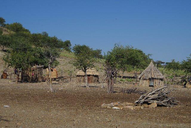 ナミビアの旅(31) オプウォのロッジからヒンバ族の村へ_c0011649_1433489.jpg