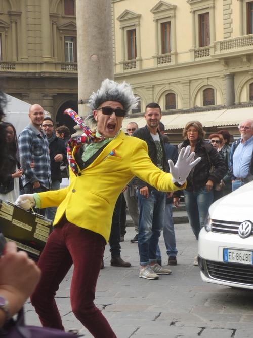 フィレンツェの街中でこの方を見たら是非立ち止まって見てください!!楽しい!!_c0179785_5263712.jpg