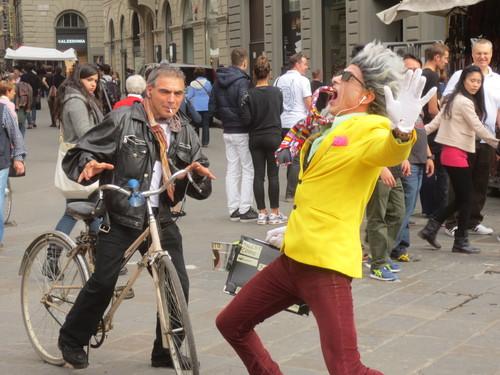 フィレンツェの街中でこの方を見たら是非立ち止まって見てください!!楽しい!!_c0179785_5292324.jpg