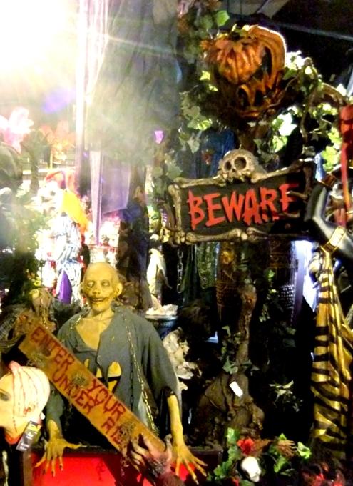 NYのハロウィン・ムードを体感できるお店 New York Costumes Halloween Adventure_b0007805_2138364.jpg