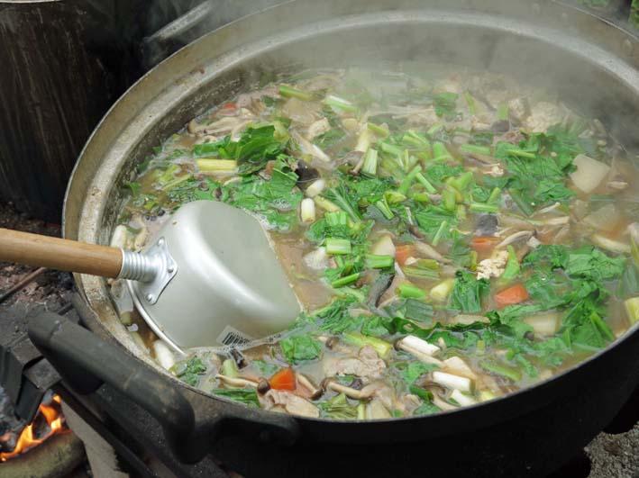 かっちゃん宅の芋煮会に手づくりの里芋など提供(10・22)_c0014967_1110372.jpg