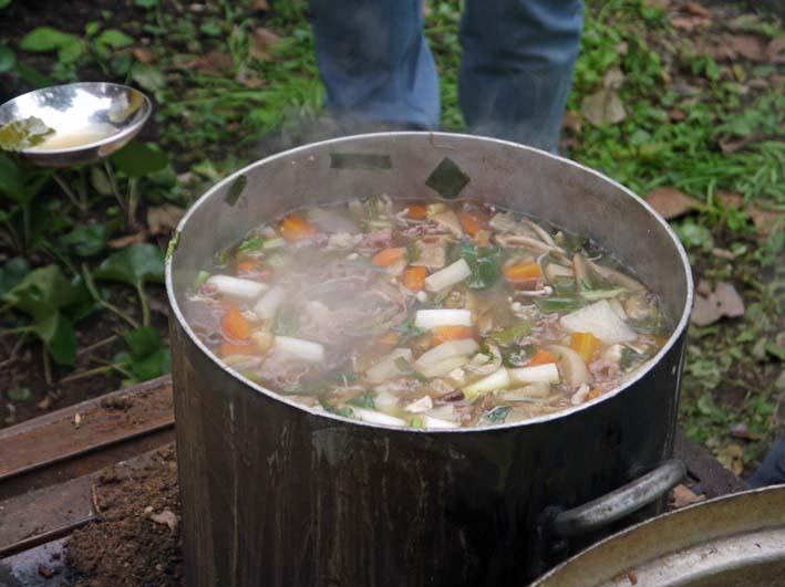 かっちゃん宅の芋煮会に手づくりの里芋など提供(10・22)_c0014967_1111318.jpg