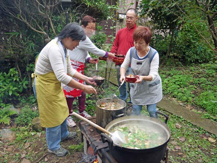 かっちゃん宅の芋煮会に手づくりの里芋など提供(10・22)_c0014967_11115411.jpg