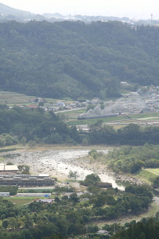 利根川の向こうの築堤に上がる煙 - 2013年秋・上越線 -  _b0190710_2362780.jpg