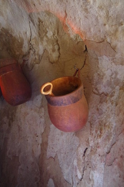 ナミビアの旅(34) 【 ヒンバ族 】 家の中とこども達と土産売り_c0011649_00473.jpg