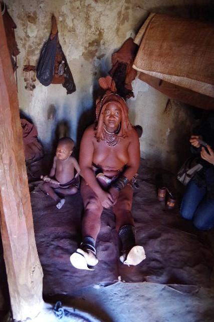 ナミビアの旅(34) 【 ヒンバ族 】 家の中とこども達と土産売り_c0011649_23573898.jpg