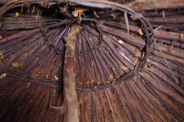 ナミビアの旅(34) 【 ヒンバ族 】 家の中とこども達と土産売り_c0011649_2357625.jpg
