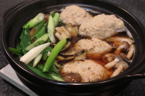 「きのこ団子」がたっぷりの山家鍋(やまがなべ)。〆は日本蕎麦で。_a0223786_1226129.jpg