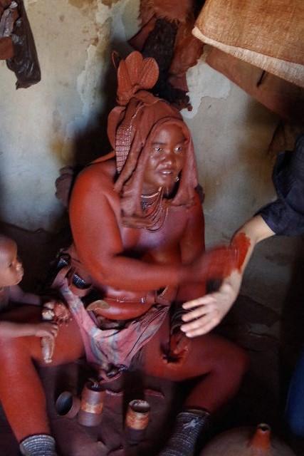 ナミビアの旅(34) 【 ヒンバ族 】 家の中とこども達と土産売り_c0011649_012058.jpg