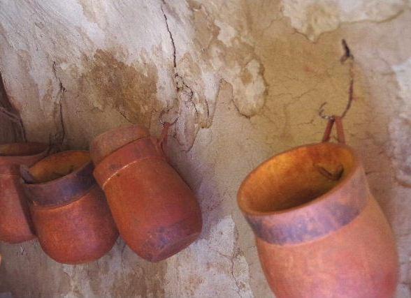 ナミビアの旅(34) 【 ヒンバ族 】 家の中とこども達と土産売り_c0011649_0145236.jpg