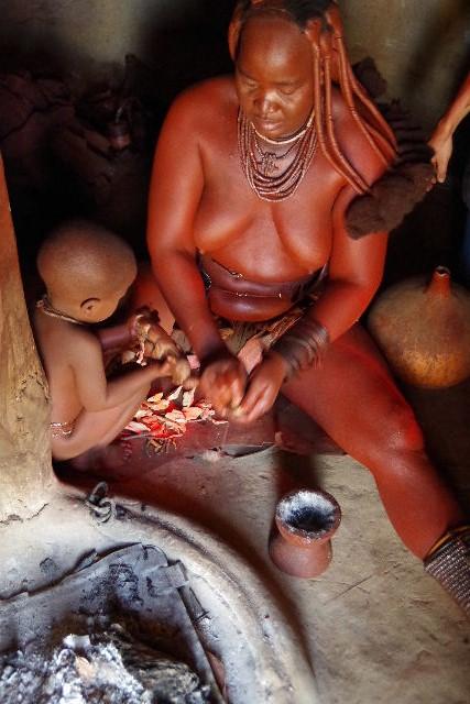 ナミビアの旅(34) 【 ヒンバ族 】 家の中とこども達と土産売り_c0011649_031015.jpg