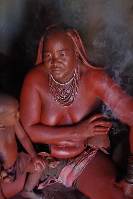 ナミビアの旅(34) 【 ヒンバ族 】 家の中とこども達と土産売り_c0011649_043077.jpg