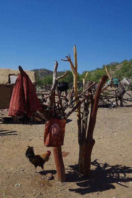 ナミビアの旅(34) 【 ヒンバ族 】 家の中とこども達と土産売り_c0011649_053115.jpg