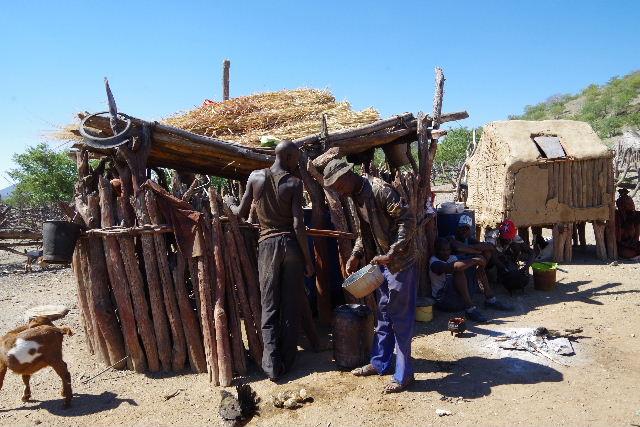 ナミビアの旅(34) 【 ヒンバ族 】 家の中とこども達と土産売り_c0011649_054951.jpg