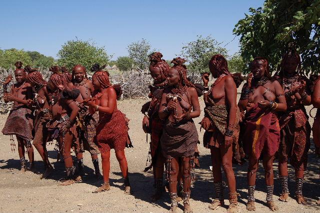 ナミビアの旅(35) 【 ヒンバ族 】  ヒンバ族のダンス_c0011649_2303447.jpg