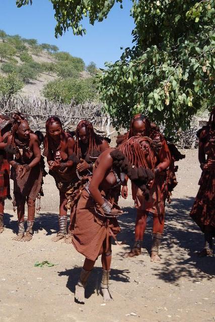 ナミビアの旅(35) 【 ヒンバ族 】  ヒンバ族のダンス_c0011649_23145327.jpg