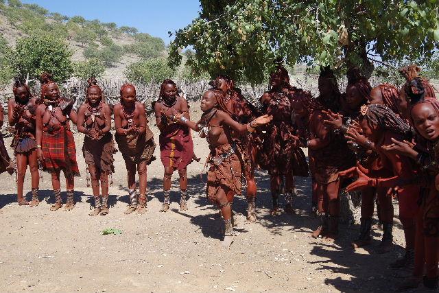 ナミビアの旅(35) 【 ヒンバ族 】  ヒンバ族のダンス_c0011649_23164048.jpg