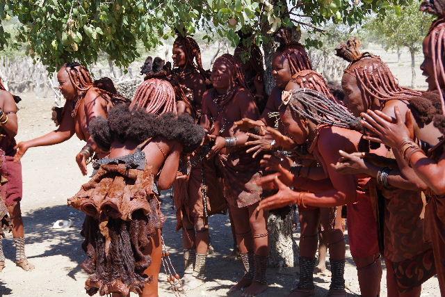 ナミビアの旅(35) 【 ヒンバ族 】  ヒンバ族のダンス_c0011649_23165987.jpg