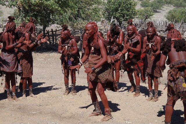 ナミビアの旅(35) 【 ヒンバ族 】  ヒンバ族のダンス_c0011649_23173920.jpg